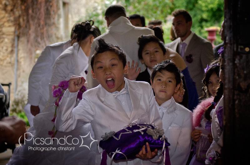 Le naturel des enfants avant d'entrer dans l'église pour un mariage