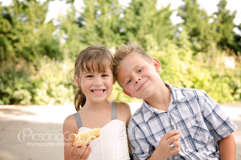 Portrait d'enfants pendant le vin d'honneur d'un mariage dans l'aude