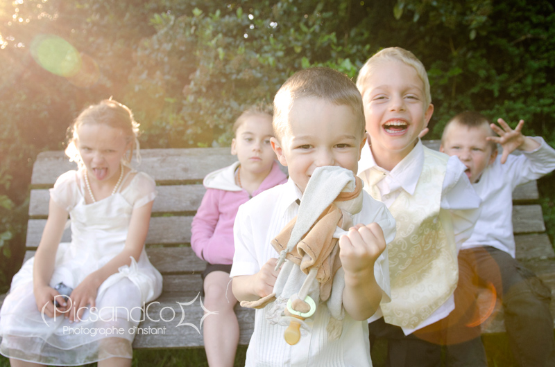 Moment détente des enfants pendant le vin d'honneur d'un mariage à Revel