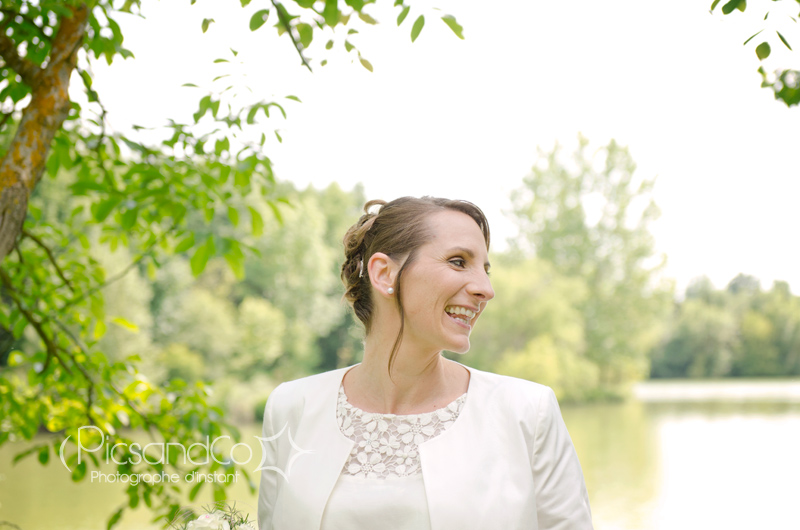 Photo d'une jolie mariée au bord du lac de Vallègue près de Villefranche de Lauragais