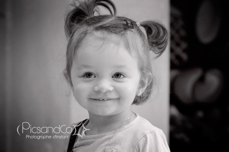 Portrait photo d'une petite fille que je suis depuis qu'elle est dans le ventre de sa maman !