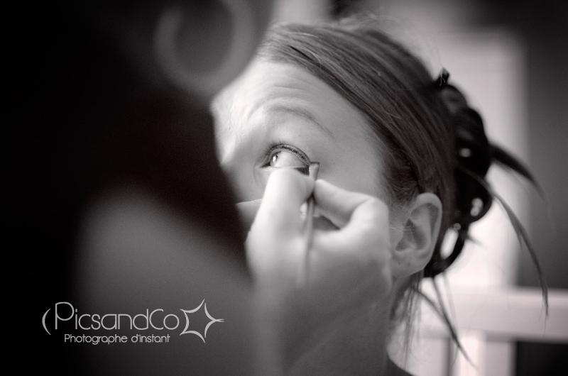 Photo pendant le maquillage de la mariée dans l'aude