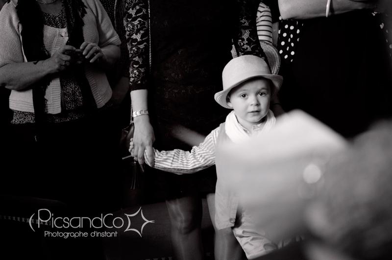 Portrait d'enfant pendant le reportage mariage à la mairie de Revel