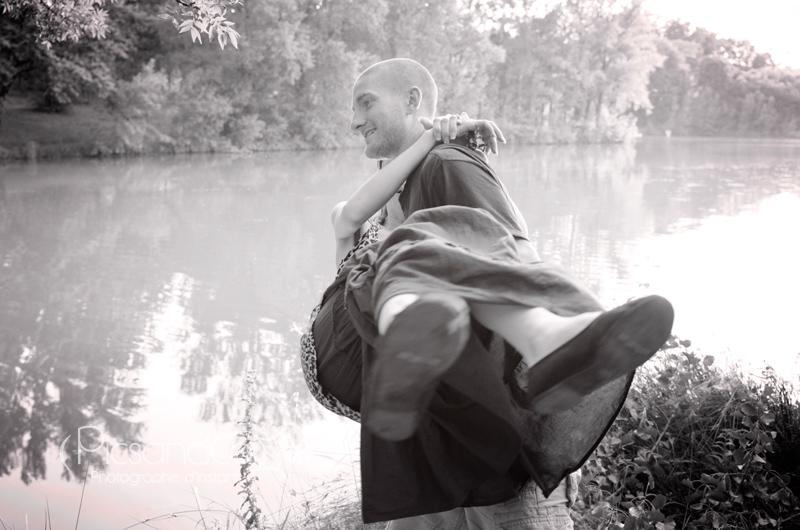Séance couple avant le mariage en bord de lac
