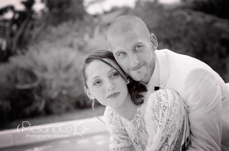 Photo de couple le jour du mariage en bord de piscine