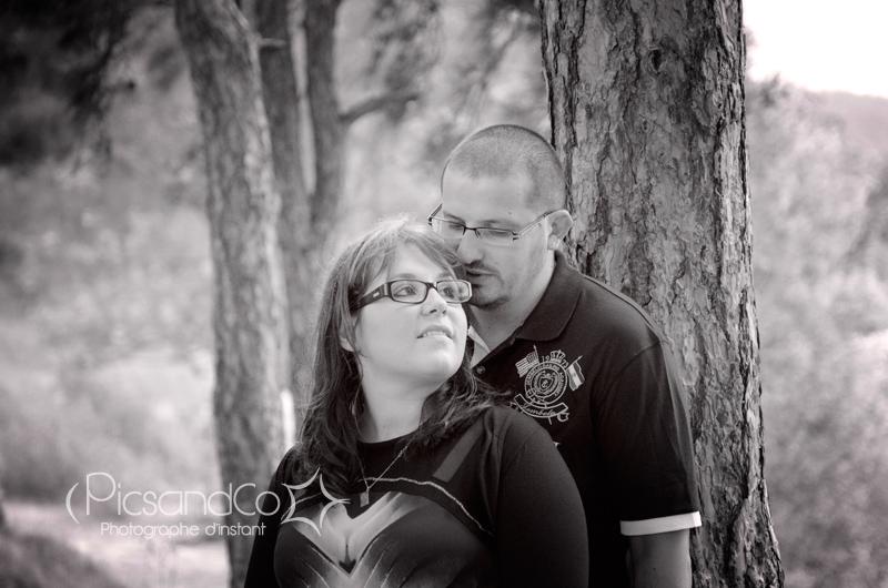 Portrait d'un moment en amoureux sous les arbres