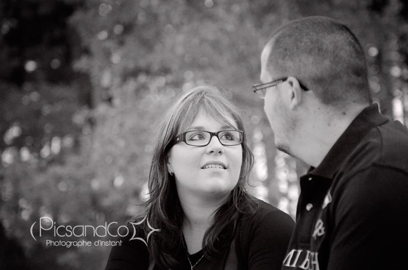 Portrait d'une jeune femme amoureuse - photo en noir et blanc