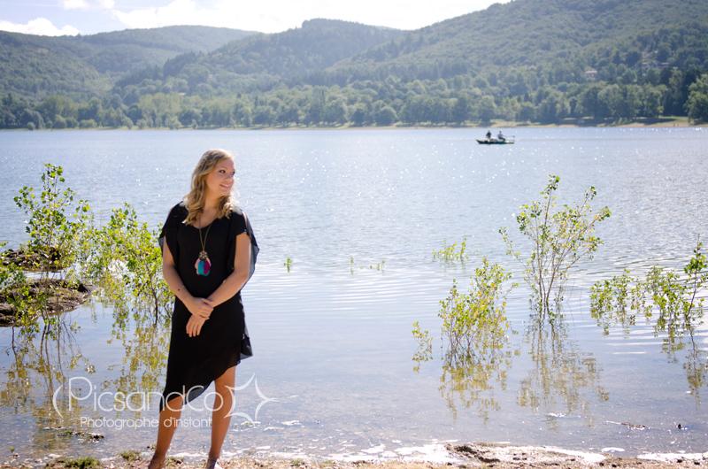 Jeune femme au bord du lac pour une séance PicsandCo photo