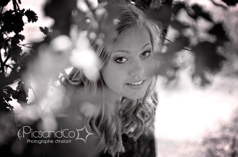 Portrait en noir et blanc pour une séance photo à la lumière naturelle