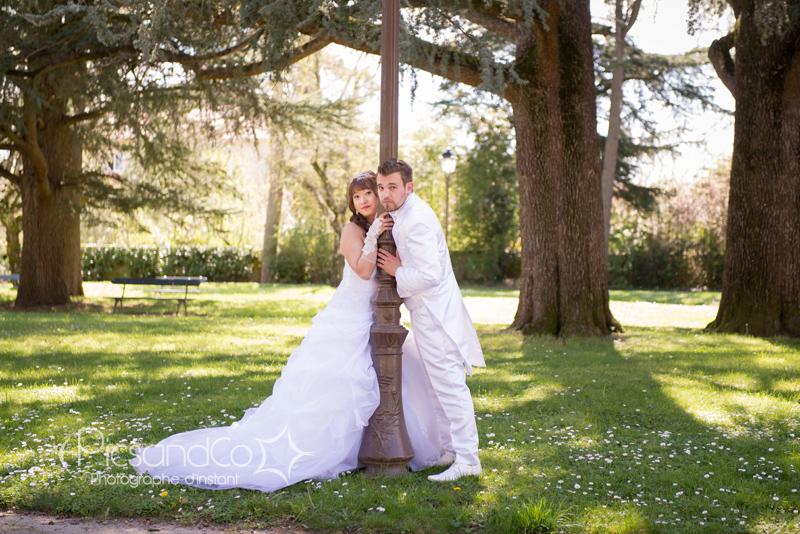 Séance photo dans le parc après le mariage