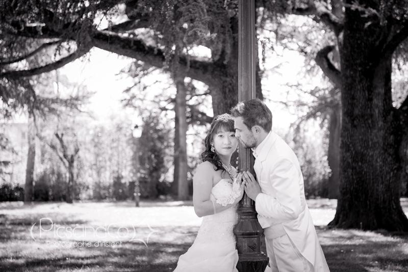 Photo du couple en noir et blanc dans le parc de Castres 81
