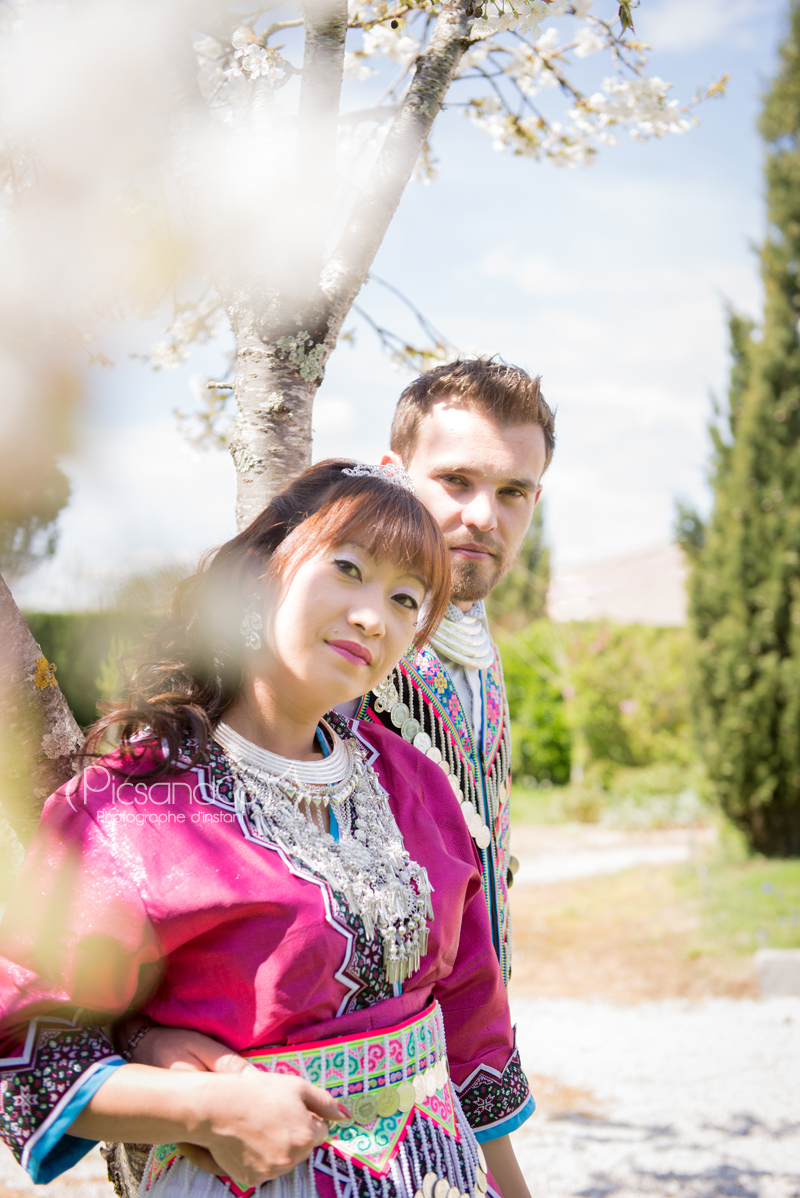 Photo de couple en costumes traditionnels