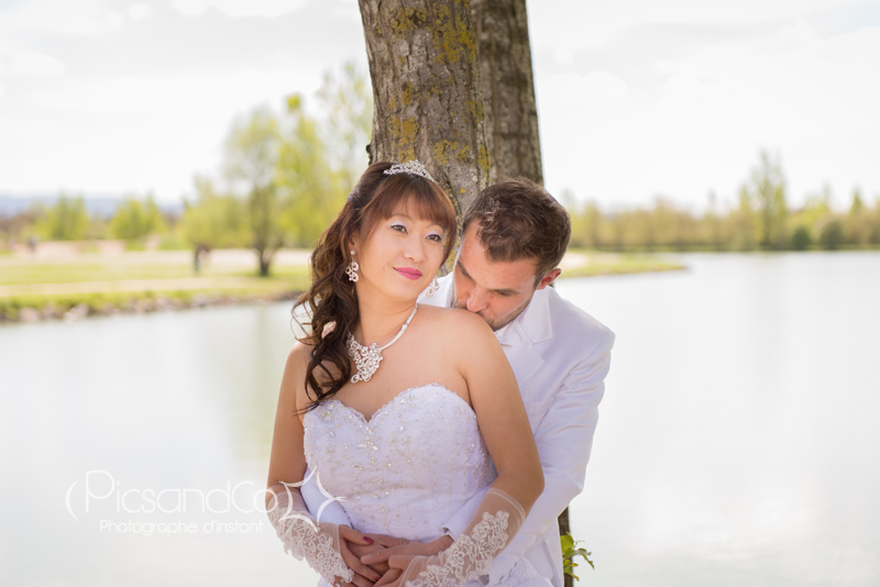Photo de mariage en bord de lac dans le Tarn