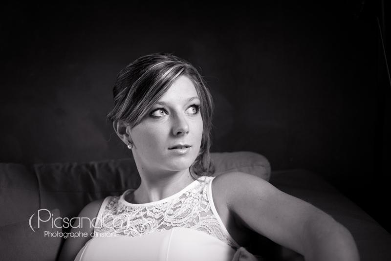 Portrait noir et blanc en intérieur